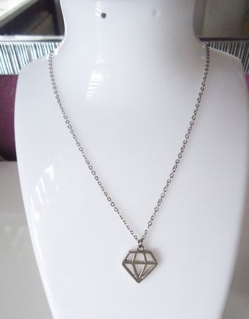 Delikatny łańcuszek z wisiorkiem diament