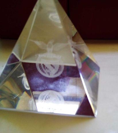 Benfica, pirâmide em vidro com emblema
