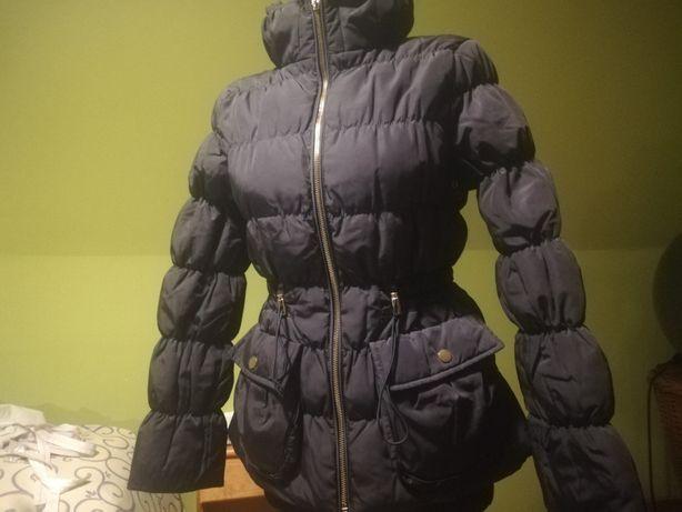 Puchowa kurtka Zara, taliowana