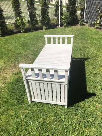 Biała drewniana ławka Ikea ze schowkiem