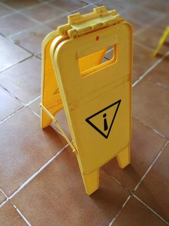 Placa sinaletica ( identificação para chão molhado)