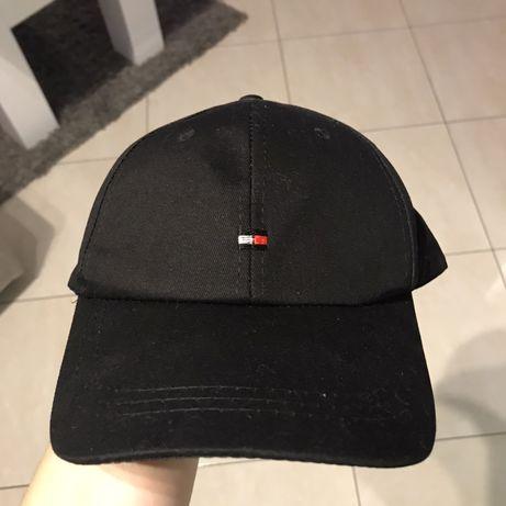 Czarna czapka z daszkiem nienoszona