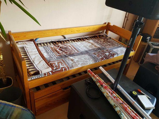 Kompaktowe łóżko drewniane
