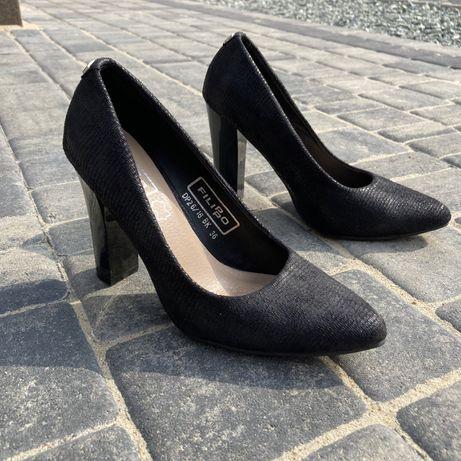 Buty szpilki z brokatowym motywem