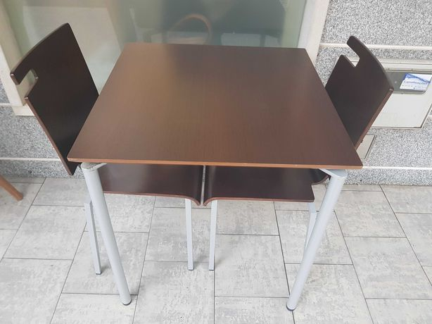 Mesa com 2 cadeiras