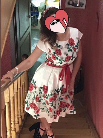 Шикарное платье с розами