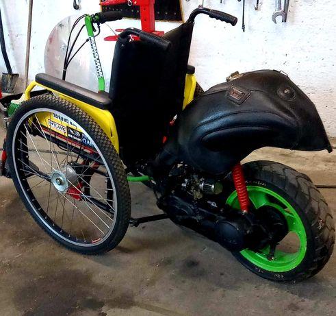 Wózek inwalidzki z silnikiem spalinowym 2 suwowym.