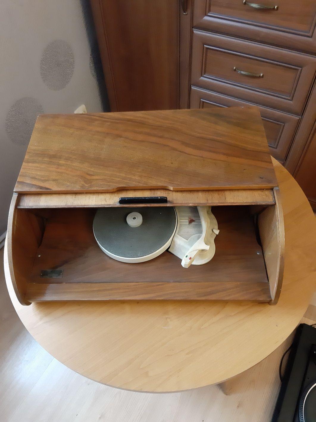 Stary gramofon w skrzynce