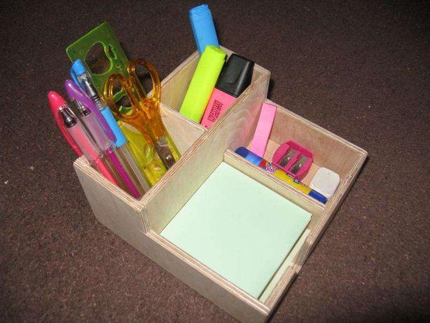 Nowy drewniany organizer na biurko.