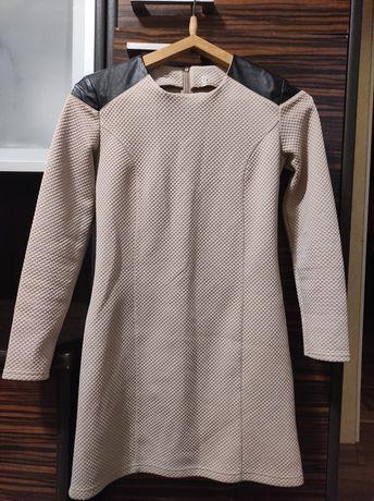 Классическое прямое платье с шикарными плечами
