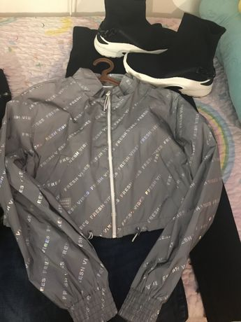 Conjunto casaco bershka impermeavel e tenis bota