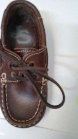 Sapatos de criança completamente novos
