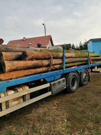 Drewniane słupy.