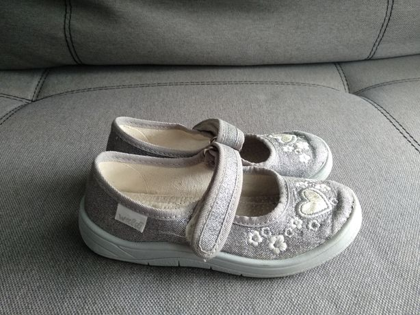 Продам тапочки, туфельки для садика на девочку р.28 на ножку 16.5-17см