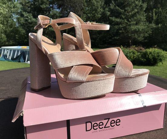Różowe sandały na platformie