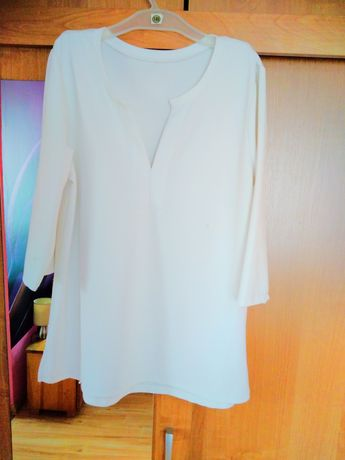 Biała bluzka z dekoldem
