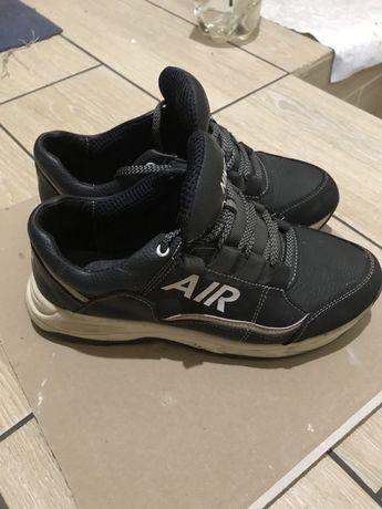 Продам кожаные кроссовки 39 р