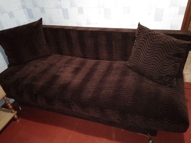 Красивый диван еврокнижка в отличном состоянии, длина 2м