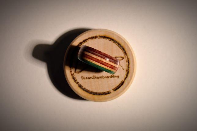 Ręcznie wykonany drewniany pierścionek, z blatu deskorolkowego.