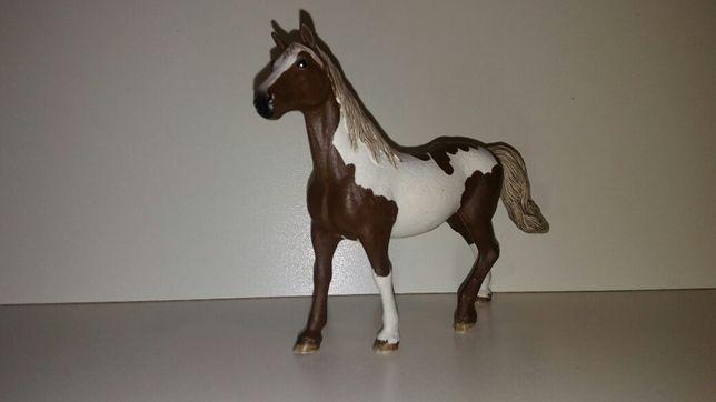 Figurka Schleich-wałach rasy Paint Horse.