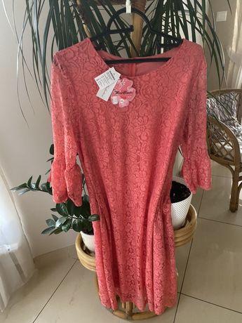 Sukienka z miękkiej koronki w kolorze malinowym .