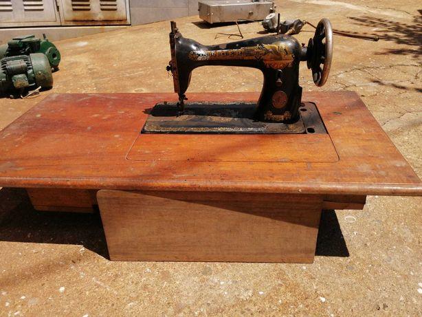 Máquina de Costura Singer Com Mesa completa