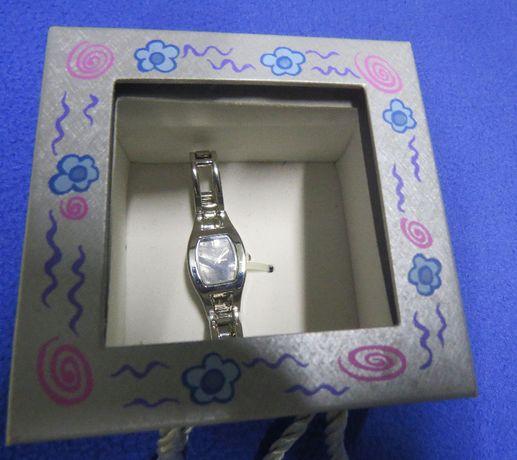 Damski elegancki kwarcowy zegarek z bransoletką