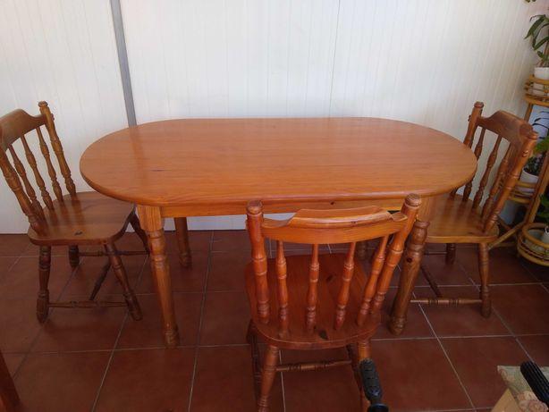 Mesa de madeira com quatro cadeiras
