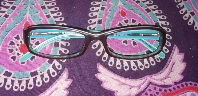 Armação de óculos azul turquesa e bordô da marca Diesel.