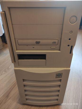 Сервер TYAN S5160 и монитор Fujitsu 17 в рабочем состоянии.