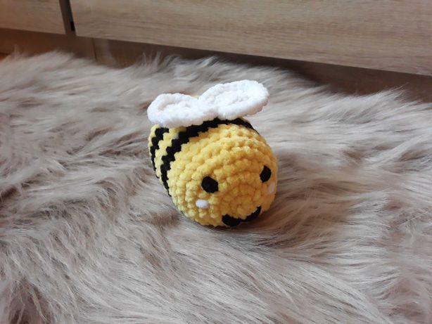 Maskotka pszczoła mała z włóczki na szydełku handmade