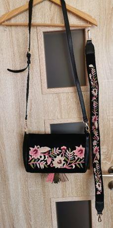 Wyszywana czarna torebka Parfois boho kwiaty