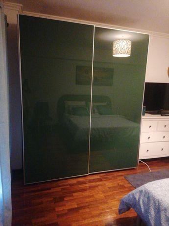 Roupeiro Ikea com portas de correr (vidro verde)