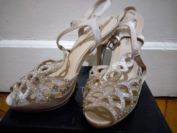 Яркие женские босоножки на высоком каблуке