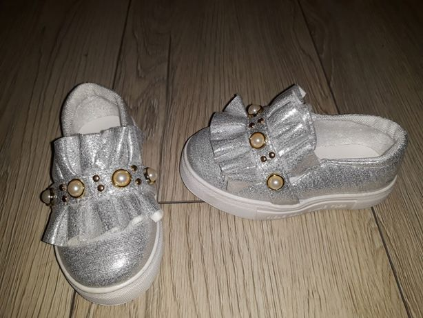 srebrne buciki z perełkami 24