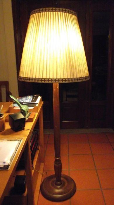 Candeeiro vintage de pé alto em madeira maciça