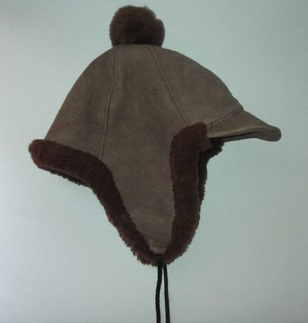 Зимняя шапка натуральный мех и замша с помпоном, на завязках.