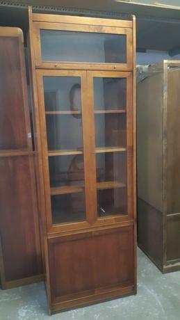 Estante em madeira com portas em vidro