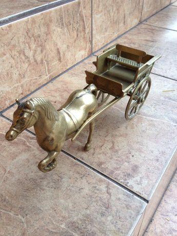 Figurka Wóz z Koniem z Mosiądzu.