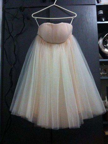 Tiulowa rozkloszowana sukienka