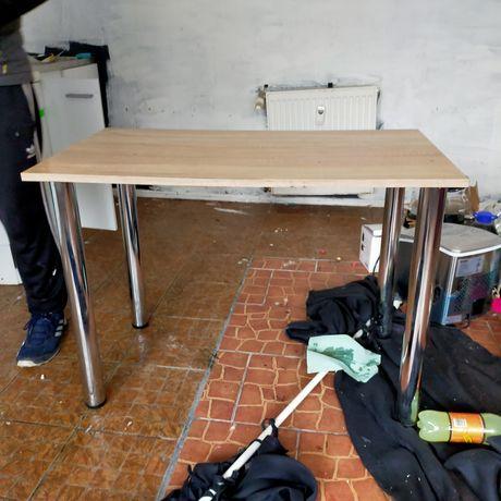 Stół kuchenny w dobrym stanie