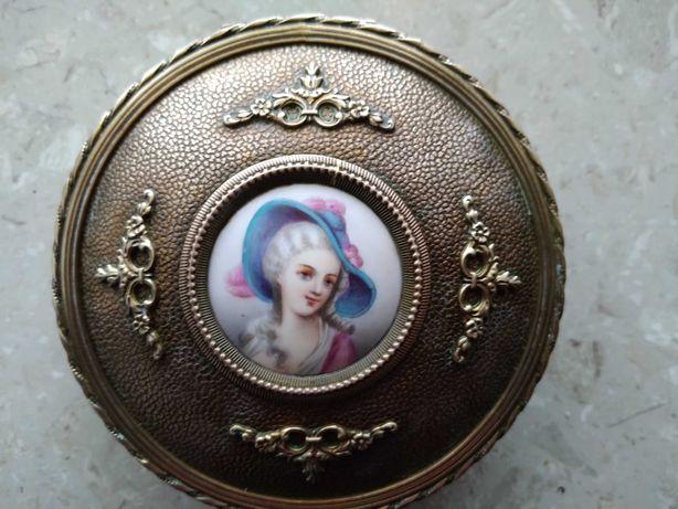 шкатулка для украшений с портретом девушки   бронза старинная европа