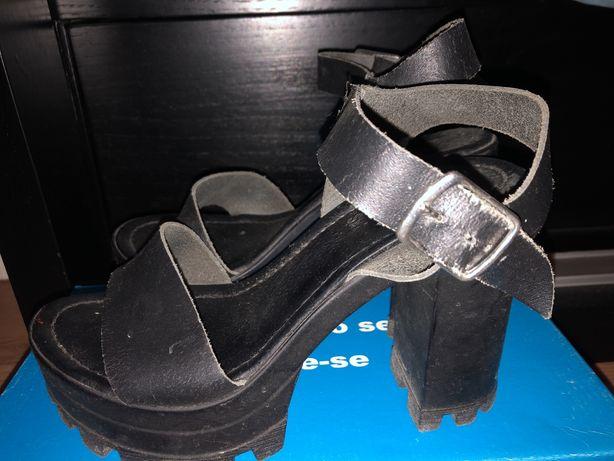 Sandálias pretas de plataforma