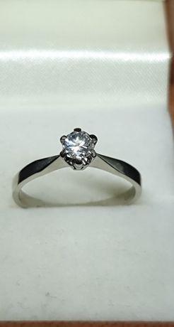 Złoty pierścionek z brylantem 0,30 ct