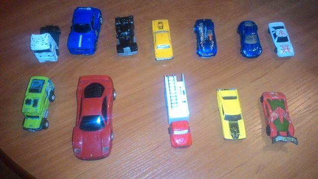 12 sztuk autek metalowych i jakięs plastikowe