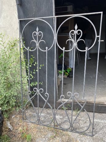 Решетка кованная с узором на окно и на двери входные