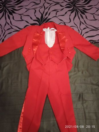 Яркий, красный костюм для мальчика
