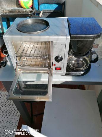 Mini forno, cafeeira e fogão.