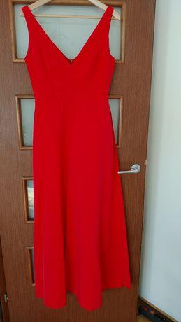 Długa suknia czerwona z rozcięciami na ramiączkach z krótkimi szortami