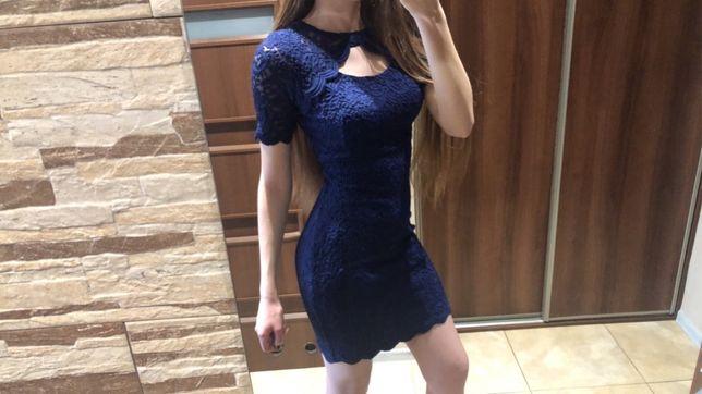 Sukienka koronkowa chabrowa
